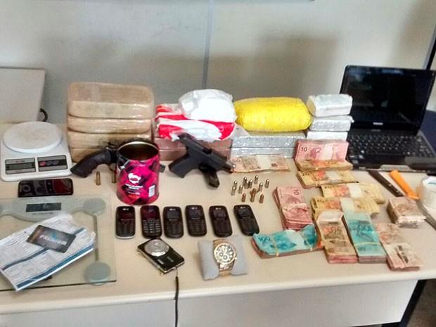 12Kg de drogas, duas armas e cerca de R$11 mil em espécie foram encontradas com a quadrilha. (Foto: Divulgação/ Polícia Militar)