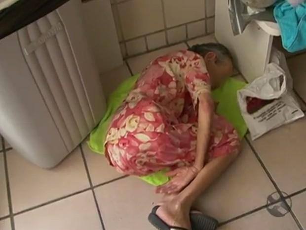 Idosa aguarda atendimento em chão de hospital superlotado, em Arcoverde (Foto: Reprodução/TV Asa Branca)