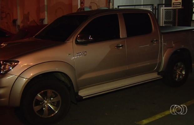 Suspeitos foram flagrados quando tentavam fugir em caminhonete das vítimas, Goiás (Foto: Reprodução/TV Anhanguera)