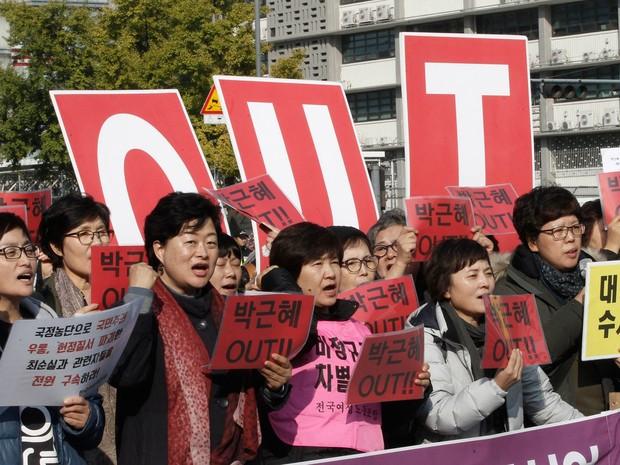 Sul-coreanos protestaram contra o presidente Park Geun-hye nesta quinta-feira (3) em Seul (Foto: Ahn Young-joon/AP)