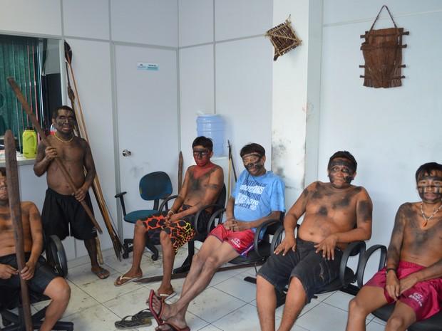 Armados e pintados, alguns índios Yanomami ocupam a recepção da Sesai e controlam entrada e saída de servidores (Foto: Érico Veríssimo/G1RR)