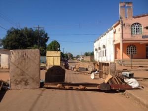 Rua Antônio Fraga também foi fechada com entulhos neste domingo (28)  (Foto: Ísis Capistrano/ G1)