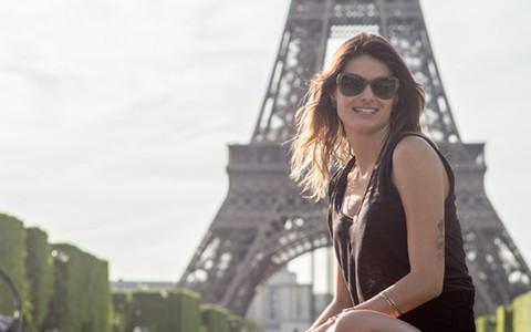 Em Paris, Isabeli Fontana confere de perto a produção artesanal de lenços e echarpes