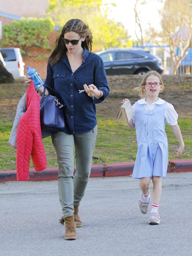 Jennifer Garner com a filha Violet em Los Angeles, nos Estados Unidos (Foto: X17/ Agência)