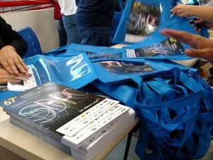 Alunos da UFSCar ajudaram na montagem dos kits do evento em São Carlos (Foto: Fabio Rodrigues/G1)