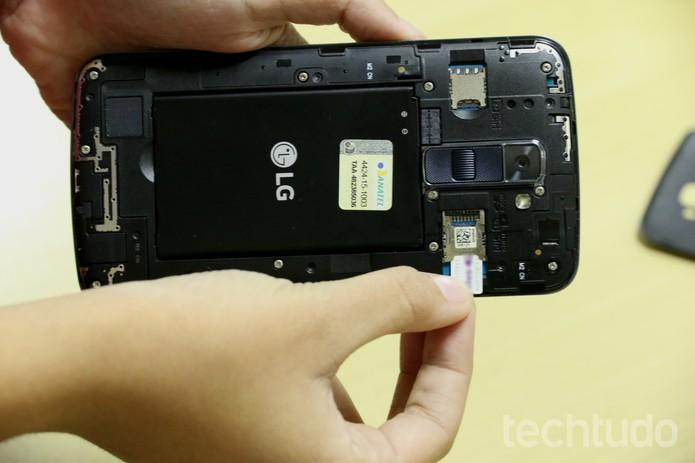 Coloque o primeiro chip no LG K10 (Foto: Anna Kellen Bull/TechTudo)