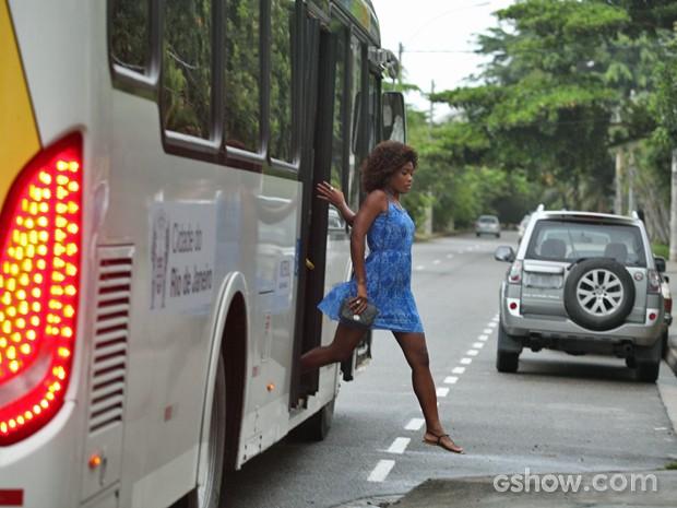 Alice desce do ônibus atrás de suspeito de crime (Foto: Pedro Curi/ TV Globo)