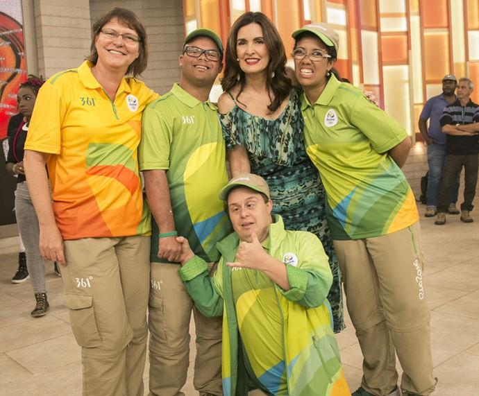 Fátima com voluntários da Olimpíada (Foto: Raphael Dias/Gshow)