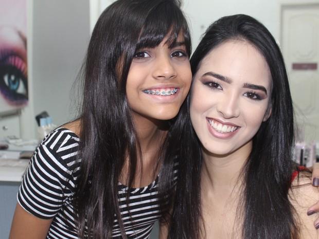Maria Clara Britto ensinou detalhes da maquiagem (Foto: Juliana Barros/G1)