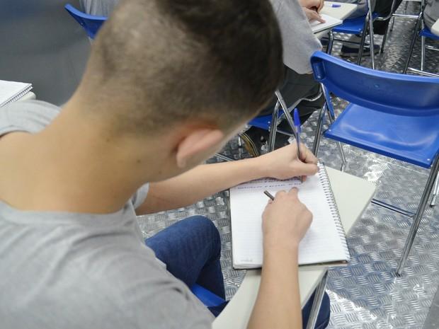Rodrigo* diz que cursos técnicos auxiliam no estudo de matemática para o Enem (Foto: Adriano Oliveira/G1)
