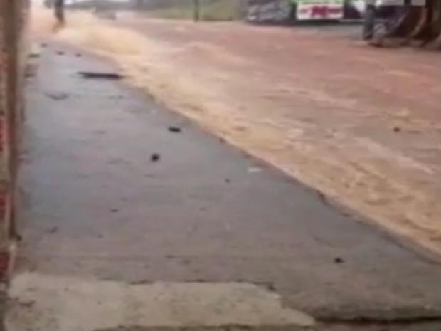 """Chuva formou """"queda d'água"""" em avenida de Tatuí (Foto: Reprodução/Antônio Colaço)"""