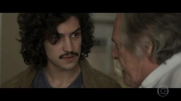 Ernesto conta a Gustavo que um dos terrenos pertence à Construtora Amianto