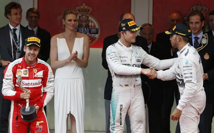 Lewis Hamilton cumprimenta Nico Rosberg, enquanto Sebastian Vettel celebra pódio no GP de Mônaco (Foto: AP)