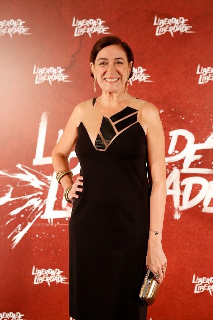 Uau! Lilia Cabral chegou para lá de elegante com vestido preto, cujo decote é um mix de tela e couro (Foto: Fabiano Battaglin/Gshow)