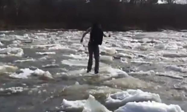 Grupo filmou jovem pulando entre blocos de gelo de rio  (Foto: Reprodução)