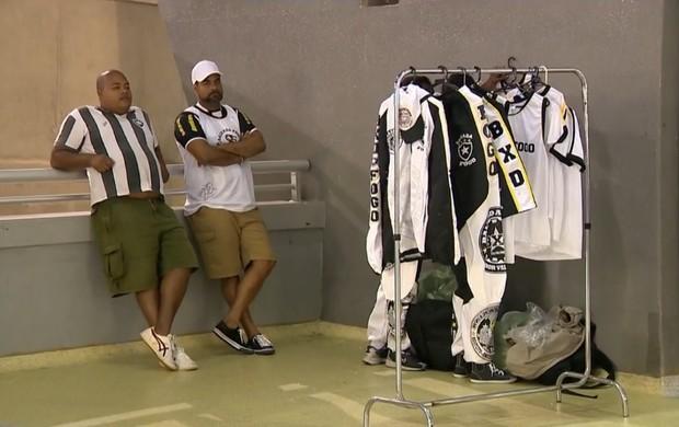Torcida organizada do Botafogo vende produtos não-licenciados no Maracanã (Foto: Reprodução SporTV)