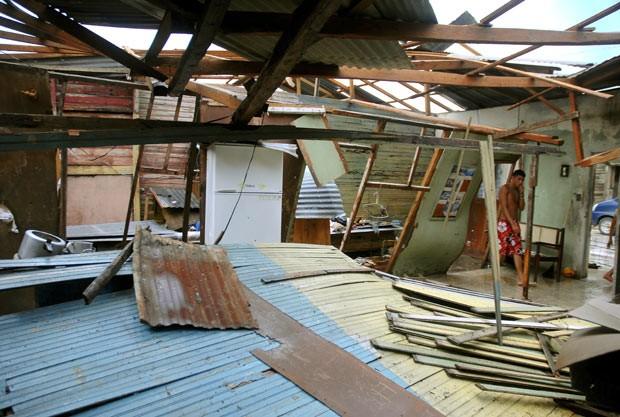 Morador de Mayari, em Cuba, observa nesta sexta-feira (26) estragos feitos pela passagem de Sandy (Foto: AFP)