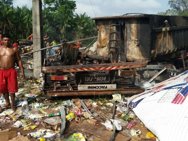 Após o fogo ser controlado pelos bombeiros, população saqueou carga de alimentos do caminhão baú.  (Foto: Polícia Rodoviária Estadual/ PA)