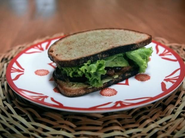 Sanduche de cogumelo shitake com cebola ao shoyu e avocado: receita da bela gil (Foto: Reproduo/GNT)