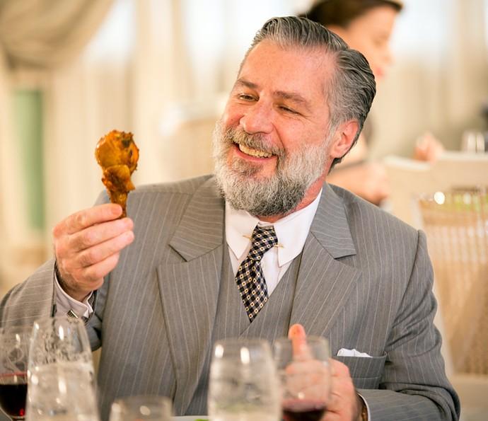 Ernani pega frango com a mão... (Foto: Fabiano Battaglin / Gshow)