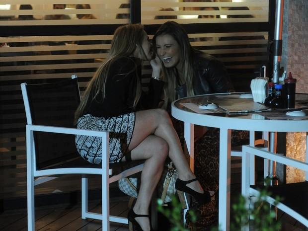 Jéssica Lopes e Andressa Urach em restaurante em São Paulo (Foto: Francisco Cepeda/ Ag. News)