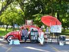 Casal transforma Fusca em sebo para vender discos e livros em Cuiabá