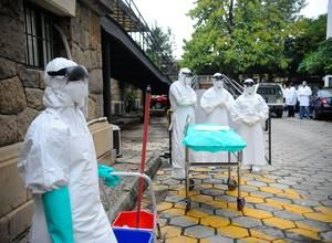 Na foto, o Ministério da Saúde promove simulação de resposta a um possível caso de ebola. No Brasil, os dois hospitais de referência são o Evandro Chagas, no Rio de Janeiro, e o Emílio Ribas,em São Paulo (Foto: Agência Brasil)