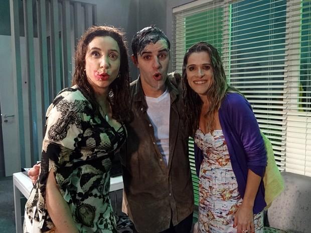 Marisa Orth, Rodrigo Lopez e Ingrid Guimarães ficam ensopados após gravação (Foto: Sangue Bom/TV Globo)