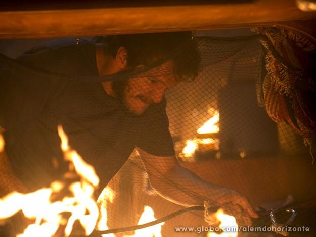 Assis apaga fogo causado por Berenice (Foto: Felipe Monteiro/TV Globo)
