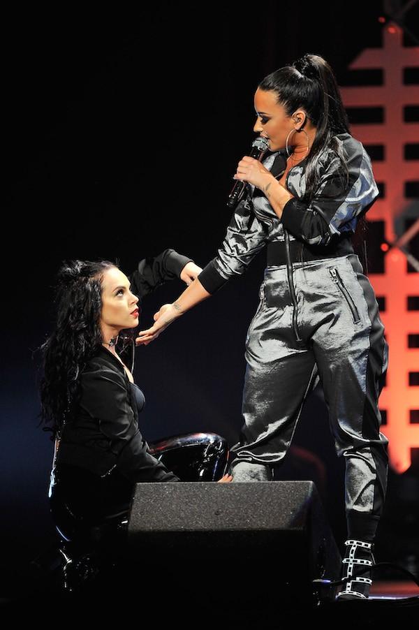 A cantora Demi Lovato flertando com uma de suas dançarinas em meio a um show na cidade de San José na Califórnia (Foto: Getty Images)
