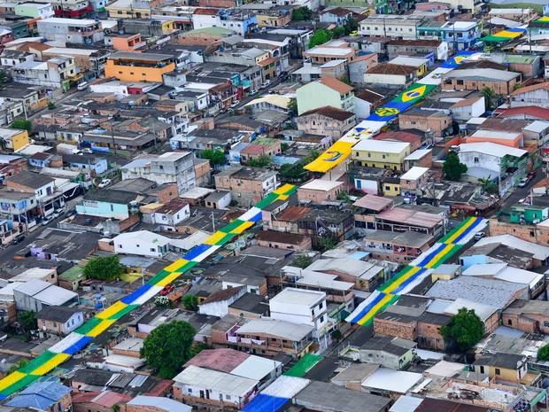 Foto aérea mostra decoração da rua na Alvorada (Foto: Michael Dantas)