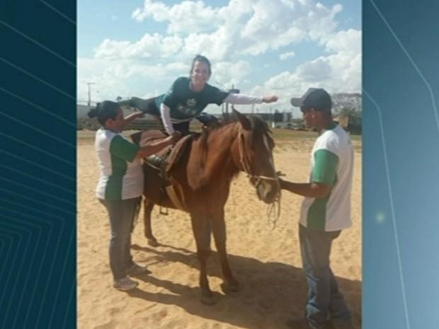 Cavalos são usados em terapia com portadores de necessidades especiais, em Anápolis, Goiás (Foto: Reprodução/TV Anhanguera)