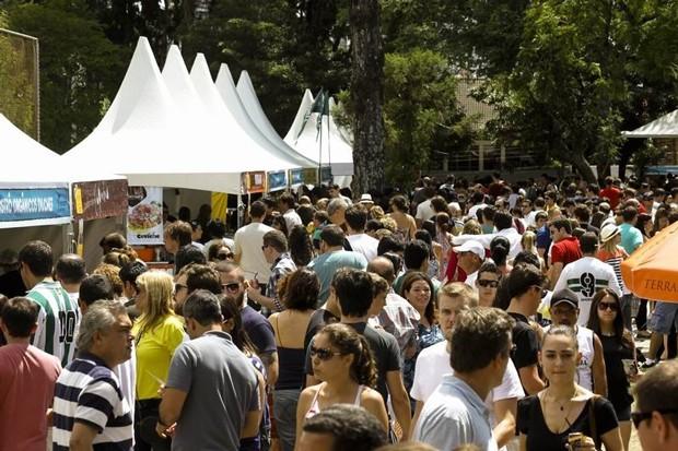 Milhares de pessoas lotaram a Praça Brigadeiro Mário Eppinghaus na primeira edição da feira em 2013 (Foto: Euricles Macedo/RPC TV)