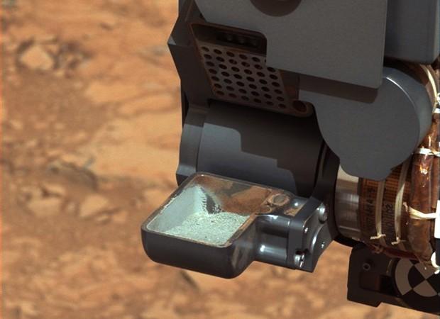 A agência espacial americana (Nasa) divulgou nesta quarta-feira (20) uma imagem da primeira amostra de rocha pulverizada pelo robô Curiosity em Marte. O pó vai ser analisado pelo robô, que usou sua broca para perfurar pedras do planeta vermelho no início  (Foto: Nasa/Reuters)