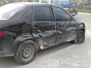 Carro invadiu faixa e colidiu no caminhão (Foto: Divulgação/PRF)