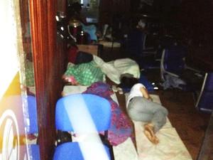 Alguns integrantes do Movimento Passe Livre dormiram na ALPB  (Foto: Walter Paparazzo/G1)