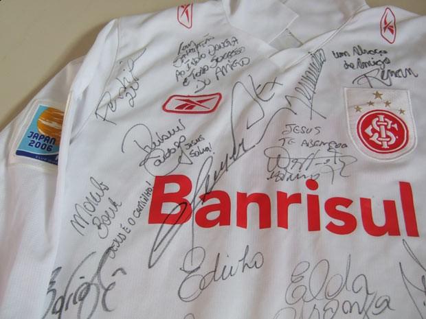 Camisa autografada pelos campeões mundiais pelo Inter em 2006 (Foto: Maria Tereza Tellez/Divulgação)