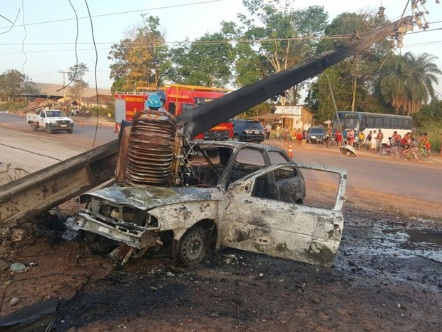 Chamas consumiram o veículo (Foto: PRF Santarém/Divulgação)