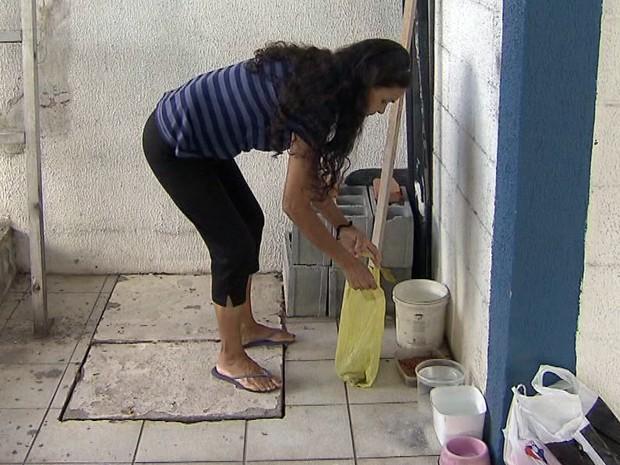 Dona de casa cuida de cachorro que vive ao lado da universidade em Santos, SP (Foto: Reprodução/TV Tribuna)