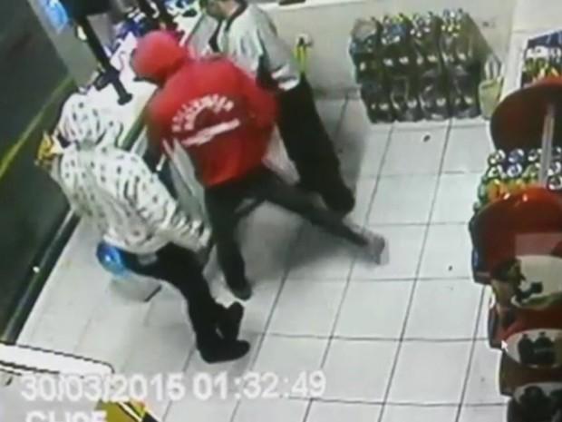 Menores utilizaram um simulacro de pistola durante o roubo (Foto: Polícia Militar/Cedida)