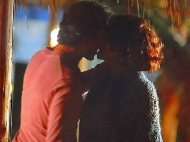 Gilson e Lygia se beijam (Foto: Cheias de Charme / TV Globo)