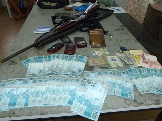 Com o acusado, a polícia apreendeu a quantia de R$ 5 mil, além de documentos falsos e uma espingarda (Foto: Divulgação/SSP MA)