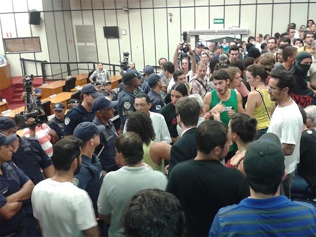 Manifestantes permanecem na Câmara Municipal mesmo após suspensão da sessão (Foto: Rodolfo Tiengo/G1)