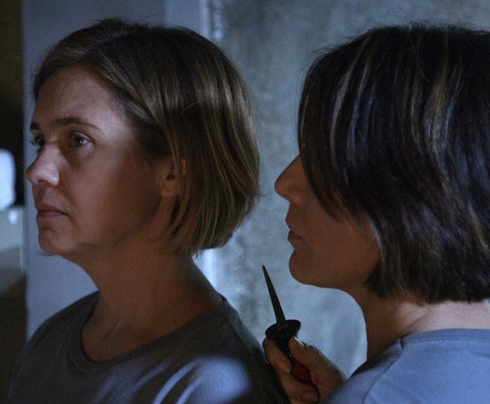 Beatriz ameaça Inês, e as duas saem juntas da cadeia (Foto: TV Globo)