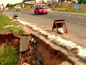 Erosão na SP-304 entre Piracicaba e São Pedro (Foto: Reprodução/EPTV)