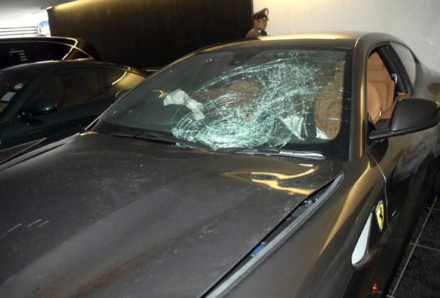 Policiais inspecionam a Ferrari de herdeiro da Red Bull envolvido em acidente que matou policial nesta segunda (3) (Foto: AP)