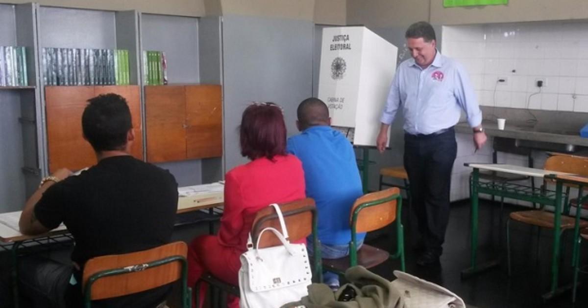 Garotinho vota em Campos, RJ, acompanhado da esposa e filhos - Globo.com