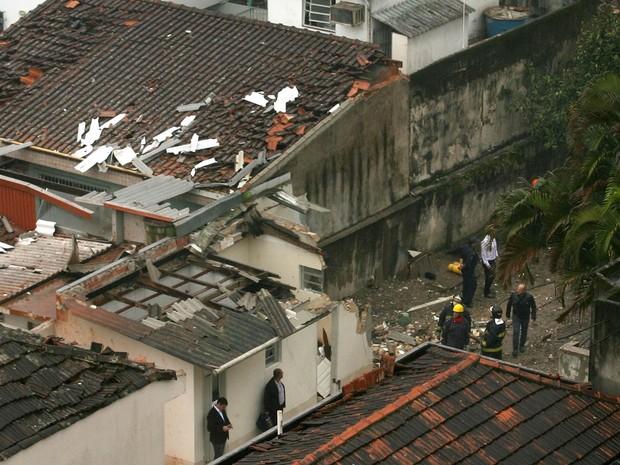 Bombeiros trabalham no local do acidente com a aeronave de Eduardo Campos, em Santos (Foto: Guilherme Dionízio/Estadão Conteúdo)
