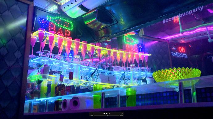 O interior do ônibus conta com bar, DJ e muitas luzes (Foto: Divulgação / TV Gazeta ES)