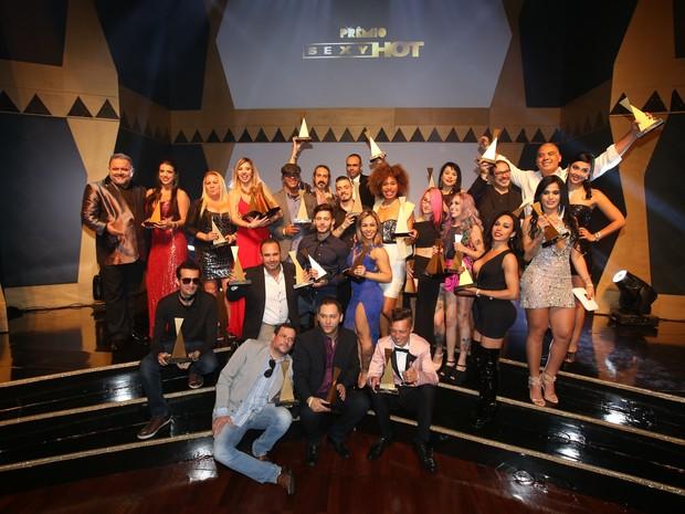 Ganhadores do 3º Prêmio Sexy Hot e o apresentador Léo Jaime (Foto: Divulgação)